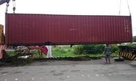 Lật xe container, tài xế thoát chết trong gang tấc