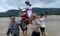Nhóm thanh niên 'đưa kiệu' nữ sinh cùng xe máy vượt lũ