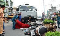 Xe bồn tông 3 xe máy dưới dốc cầu 'tử thần' ở Sài Gòn