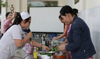 Bác sĩ xuống bếp 'chỉ chiêu' nấu cháo dinh dưỡng đúng cách cho các bà mẹ