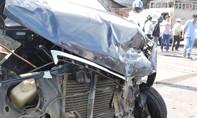 """Xe ô tô 12 chỗ bị """"thổi bay"""" lên dải phân cách, hai tài xế bị thương nặng"""