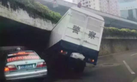 Hai xe cảnh sát 'rủ nhau' ủi gầm cầu