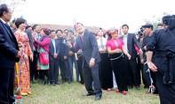 Chủ tịch nước trồng cây, ném còn cùng đồng bào dân tộc