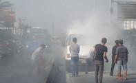 Xe khách 16 chỗ bốc cháy dữ dội, Quốc lộ 1 kẹt cứng.