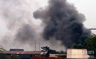 Nhiều người dân hốt hoảng khi phát hiện khói, lửa tại một gara xe ô tô
