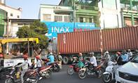 Xe container tông sập nhà dân, nhiều người thoát chết