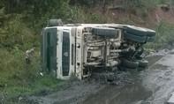 Tránh xe ngược chiều, xe tải lật nghiêng bên vách núi