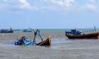 Cứu hộ tàu cá đang chìm trên biển