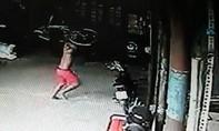 'Quý tử' rượt đuổi, đánh mẹ bằng xe đạp