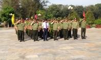 Thứ trưởng Bùi Quang Bền viếng nghĩa trang liệt sỹ CAND tại khu di tích An ninh TW cục miền Nam