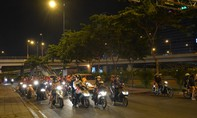 Hàng ngàn người đổ về các điểm bắn pháo hoa ở Sài Gòn