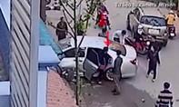 Người phụ nữ bước xuống xe từ ghế sau bên lái trong vụ tai nạn xe Camry là ai?