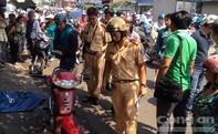Người đàn ông chạy xe máy bất ngờ ngã ra đường và tử vong
