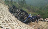 Xe tải lật đèo Mang Yang, tài xế, phụ xe kẹt trong cabin