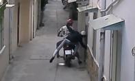 Clip: Băng cướp thò tay vào nhà giật dây chuyền của gia chủ