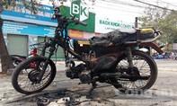 Xe 'mù' chở đá bốc cháy ngùn ngụt ở Làng đại học