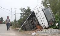 Lật xe khách giường nằm, 30 người trên xe hoảng loạn