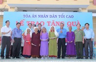 Chánh án TANDTC Trương Hoà Bình tặng quà cho đồng bào bị hạn hán