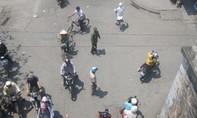 Vừa làm xe ôm vừa tình nguyện điều tiết giao thông