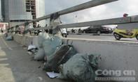 Rác bốc mùi trên cầu Khánh Hội