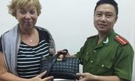 Nữ du khách Nga vui mừng nhận lại được tài sản bị cướp giật