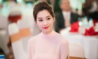 Hoa hậu Đặng Thu Thảo đẹp dịu dàng khi diện sắc hồng pastel
