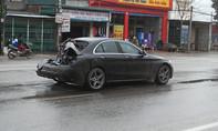 Xe tải tông nát đuôi xe ôtô tiền tỷ