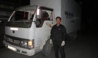 Xe tải bị ném vỡ kính trong đêm, hai người thoát chết