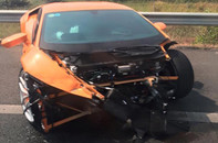 Siêu xe Lamborghini Huracan gặp tai nạn, nát đầu trên cao tốc