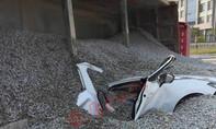 50 tấn sỏi đá đè bẹp xe ô tô, 2 người chết thảm