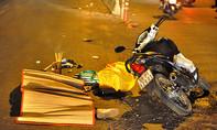 Chồng đau đớn nhìn vợ bị xe cán chết trên quốc lộ