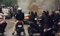 Xe ô tô bốc cháy ngùn ngụt giữa phố Hà Nội