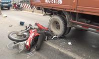 """Hai xe tải """"kẹp"""" xe máy ở làn ô tô, 1 người chết"""