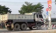 'Hung thần' xe ben 'thổi' dạt người dân hai bên đường Nguyễn Duy Trinh, Q.9