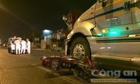 Xe máy tông container, ba người thương vong