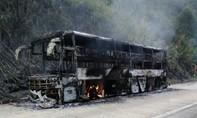 Xe khách chở 30 hành khách bốc cháy dữ dội khi đang lưu thông