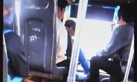 Thót tim với cảnh tài xế xe buýt vừa lái xe vừa đánh bài
