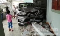 Xe bán tải mất lái, tông gãy cột nhà người dân bên đường