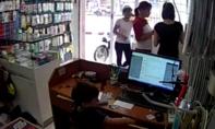 Clip: Bé trai trộm điện thoại trong cửa hàng dưới sự hướng dẫn của người lớn