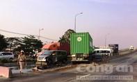 Nhiều người nước ngoài hoảng loạn kêu cứu trong xe ô tô bị container tông