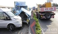 Container nổ bánh gây tai nạn liên hoàn trên cầu vượt Thủ Đức