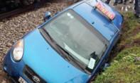Taxi qua đường thiếu quan sát, bị tàu lửa tông văng xuống mương