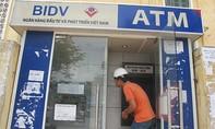 Bắt hai người Trung Quốc rút trộm gần 100 triệu đồng từ cây ATM