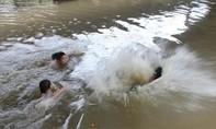 Hai cậu bé chăn bò dũng cảm cứu 5 nữ sinh cấp hai đuối nước