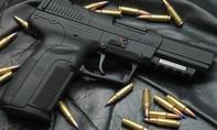 Con dùng súng bắn mẹ vì không được bán thóc