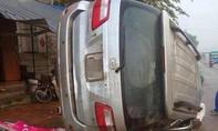 Xe ô tô mất lái trong đêm, 5 người thương vong