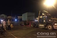 Xe máy tông container, 3 người thương vong
