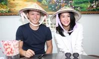 Vợ chồng Hồ Hạnh Nhi đội nón lá đi ăn phở