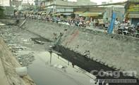 """Gần chục """"người nhái"""" lặn kênh ô nhiễm tìm két sắt tang vật"""