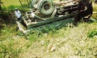 Xe tải mất lái lao xuống ruộng, tài xế bị thương
